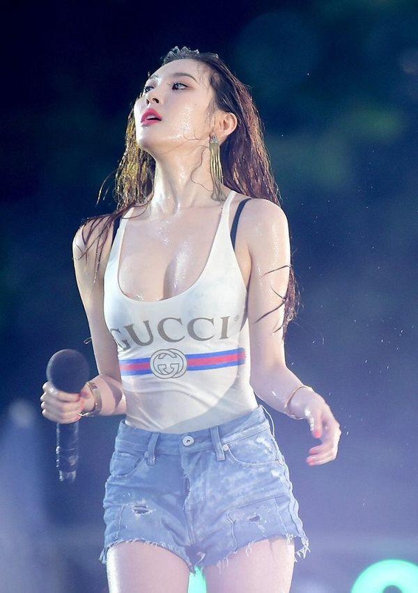 Những màn ăn mặc thiếu vải 'thiêu đốt' ánh nhìn của sao Hàn tại lễ hội Waterbomb Ảnh 12