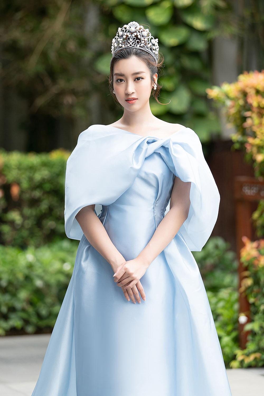 Hoa hậu Tiểu Vy - Mỹ Linh đội vương miện kiêu sa, khoe nhan sắc tựa 'nữ thần' Ảnh 2