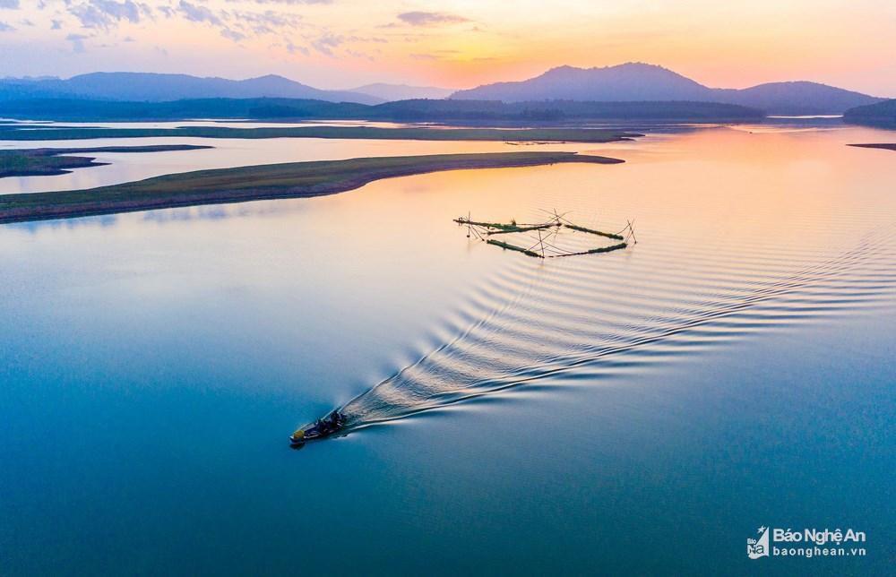 Đánh cá đêm giữa lòng hồ Vực Mấu Ảnh 4