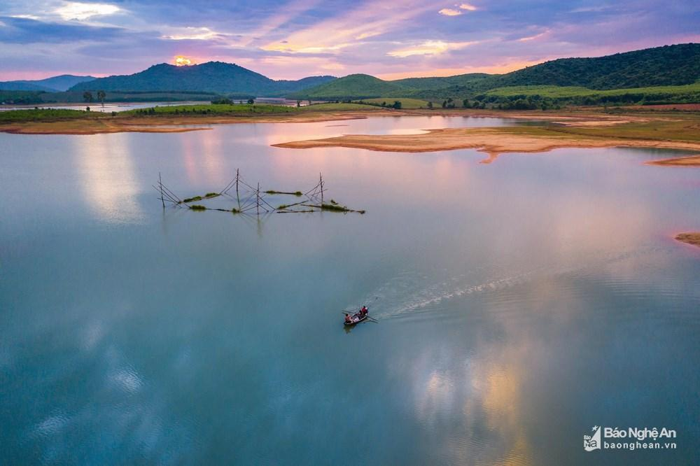 Đánh cá đêm giữa lòng hồ Vực Mấu Ảnh 3
