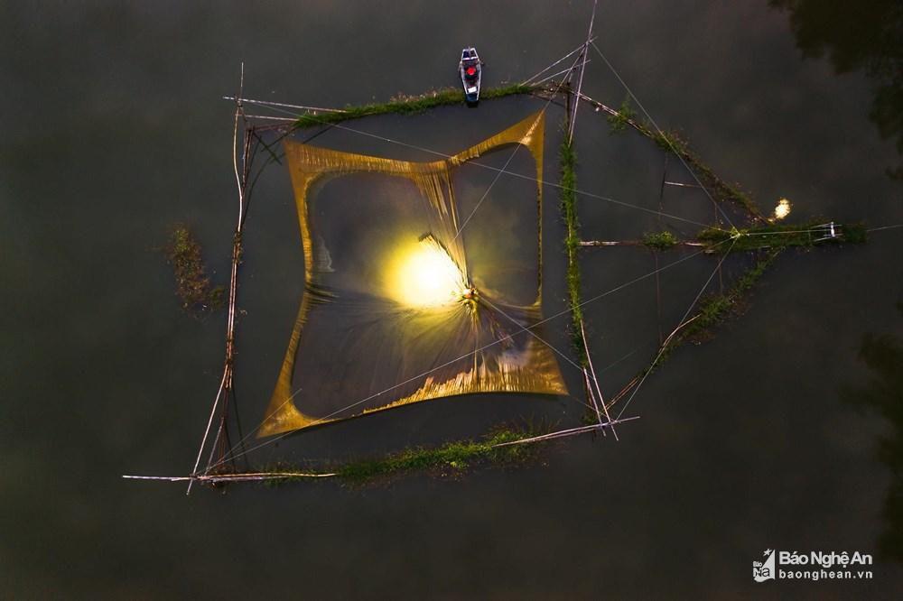 Đánh cá đêm giữa lòng hồ Vực Mấu Ảnh 1