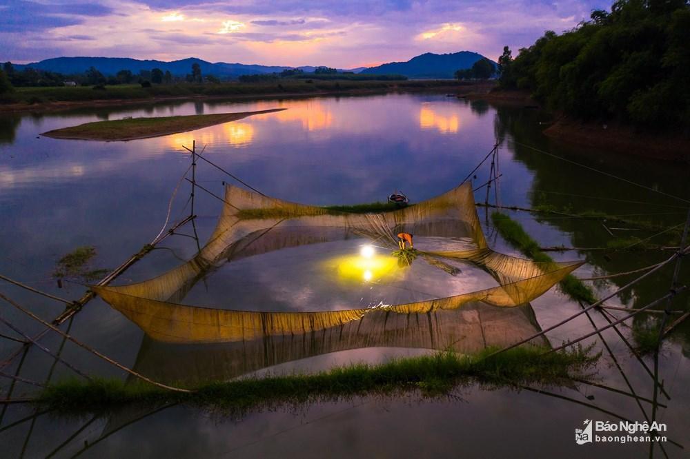 Đánh cá đêm giữa lòng hồ Vực Mấu Ảnh 2