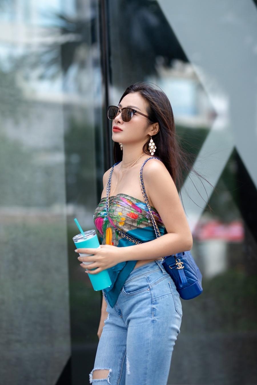 Yaya Trương Nhi dùng khăn thay áo, sexy dạo phố Ảnh 3