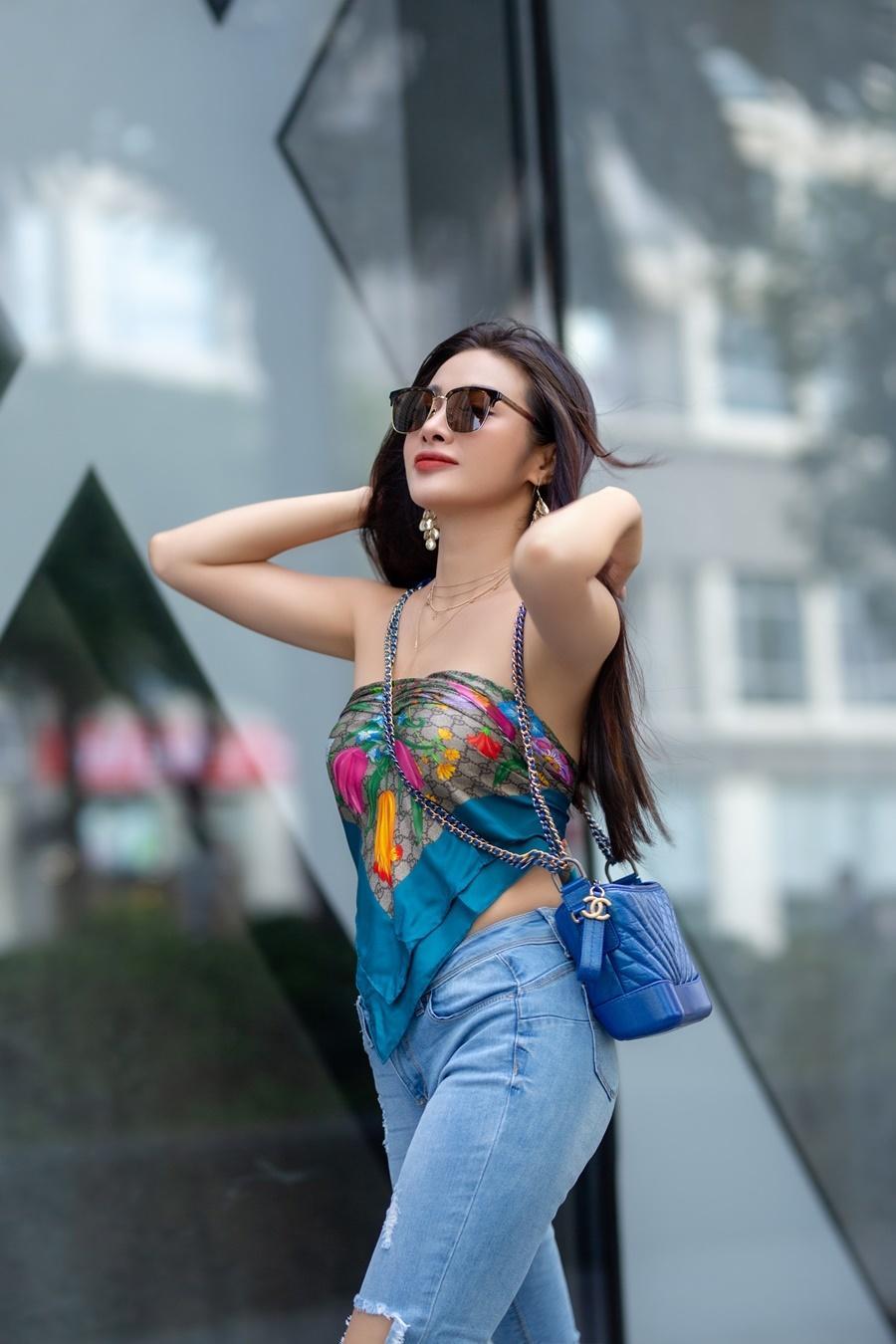 Yaya Trương Nhi dùng khăn thay áo, sexy dạo phố Ảnh 1