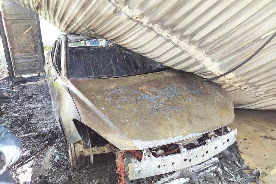 'Bà hỏa' ghé thăm gara, xe ô tô Mazda 3 bị thiêu trụi hoàn toàn Ảnh 1