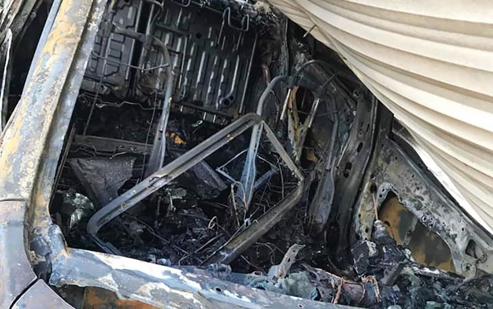 'Bà hỏa' ghé thăm gara, xe ô tô Mazda 3 bị thiêu trụi hoàn toàn Ảnh 2