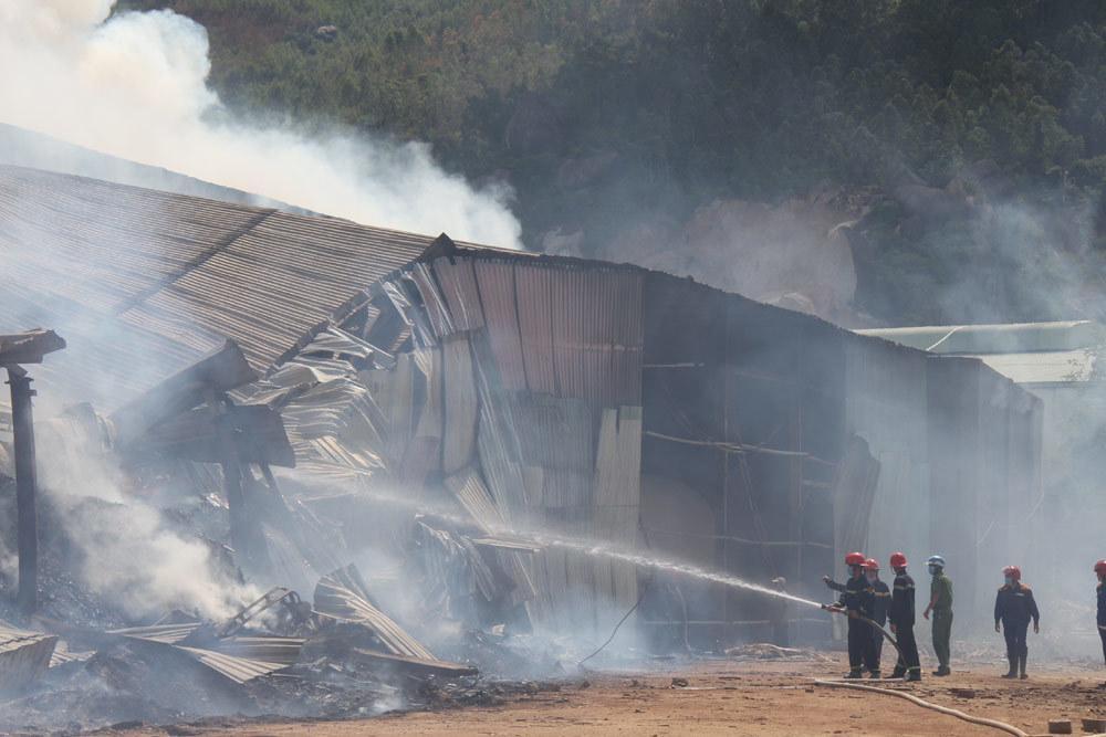 Cháy dữ dội cả dãy nhà xưởng toàn củi và gỗ dăm ở Quy Nhơn Ảnh 5