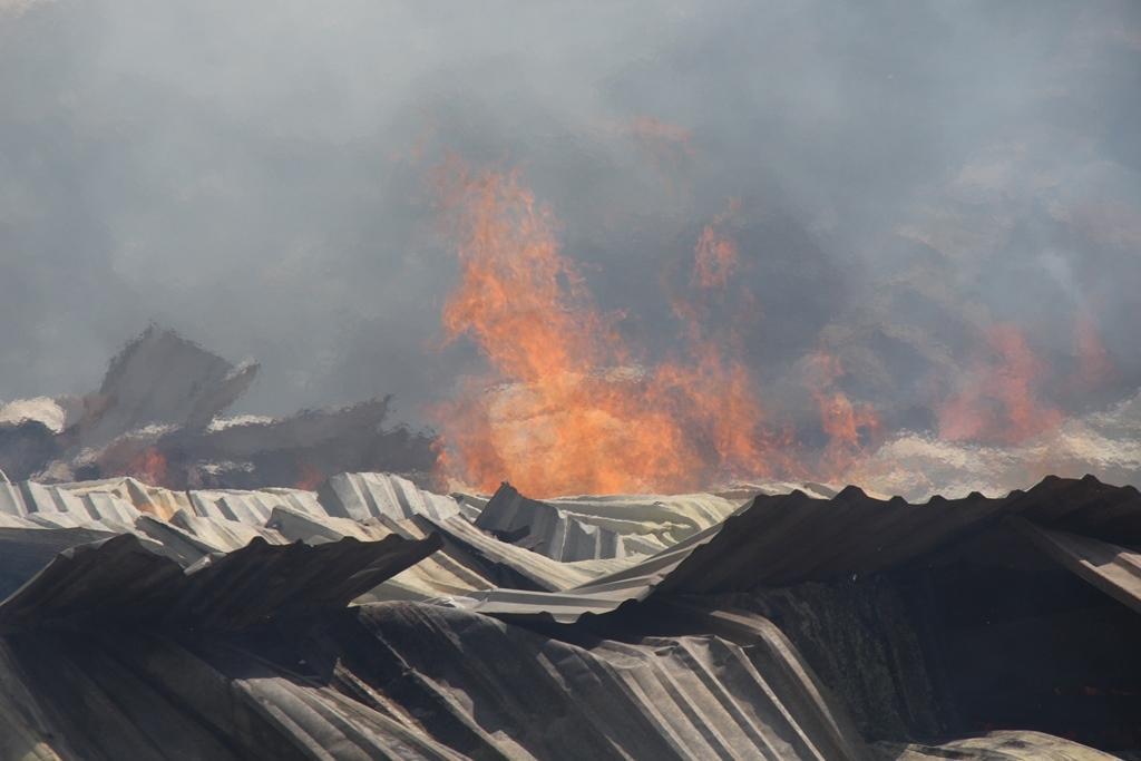 Cháy dữ dội cả dãy nhà xưởng toàn củi và gỗ dăm ở Quy Nhơn Ảnh 2