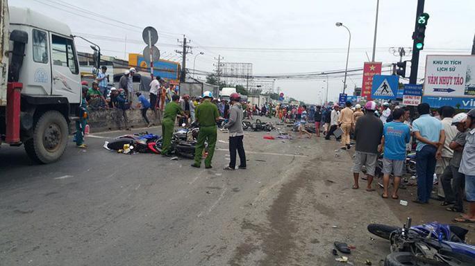 Truy tố tài xế container đụng thương vong 29 người ở ngã tư Bình Nhựt Ảnh 1