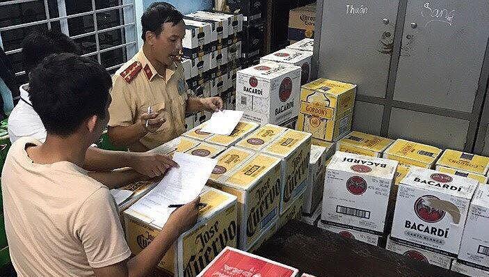 Bắt ô tô chở hàng nghìn chai bia, rượu lậu Ảnh 1