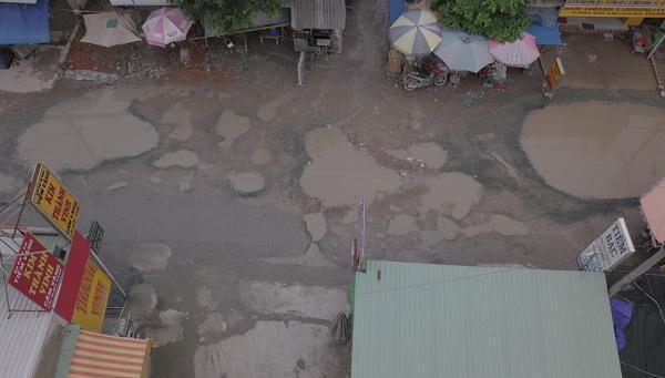 Chùm ảnh: Hàng trăm 'hố bom' xuất hiện trên đường Nữ Dân Công ở TP. Hồ Chí Minh Ảnh 3