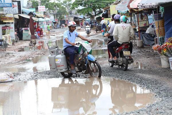 Chùm ảnh: Hàng trăm 'hố bom' xuất hiện trên đường Nữ Dân Công ở TP. Hồ Chí Minh Ảnh 5