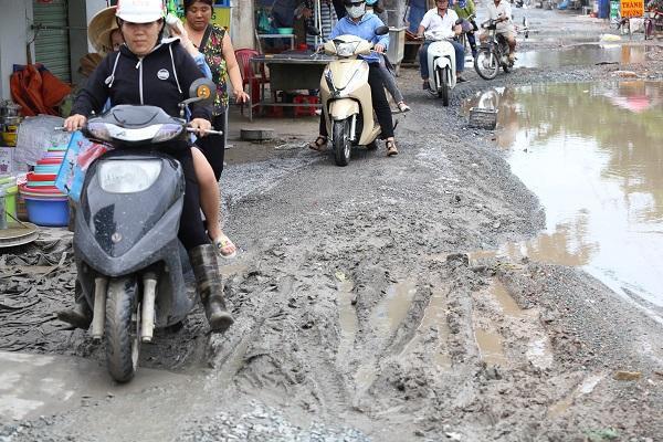 Chùm ảnh: Hàng trăm 'hố bom' xuất hiện trên đường Nữ Dân Công ở TP. Hồ Chí Minh Ảnh 8