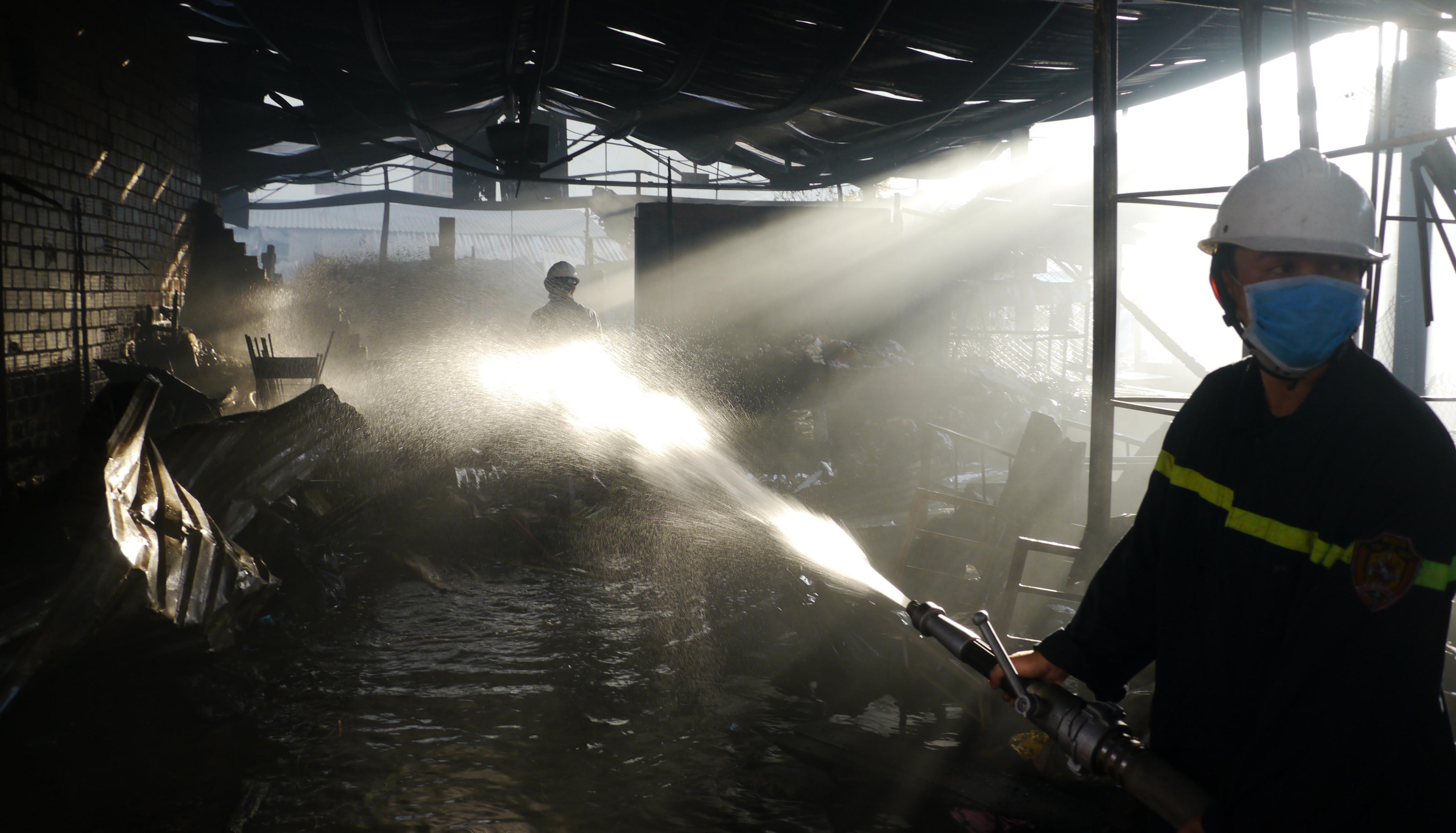 Cháy chợ Cây Xăng ở Quy Nhơn lúc rạng sáng, 2 bà cháu được cứu kịp thời Ảnh 2