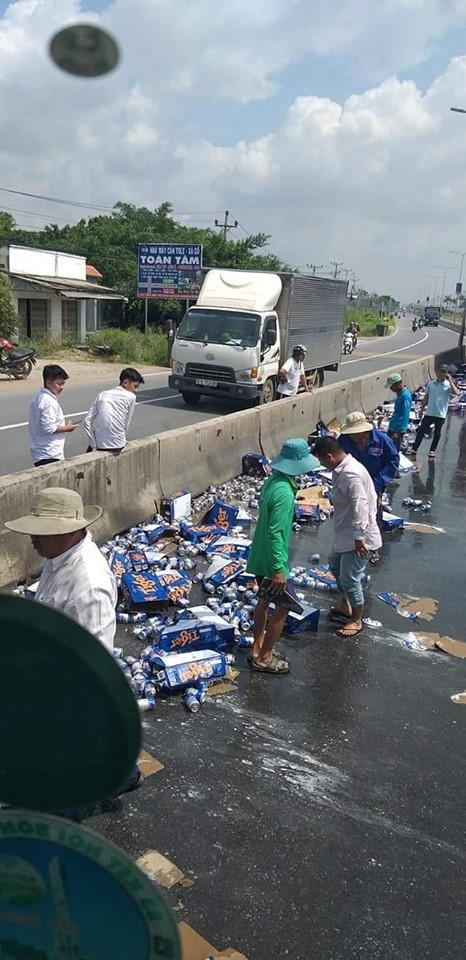 Xe chở bia gặp nạn: Không hôi của, người dân hỗ trợ gom hơn 60 thùng bia Ảnh 2