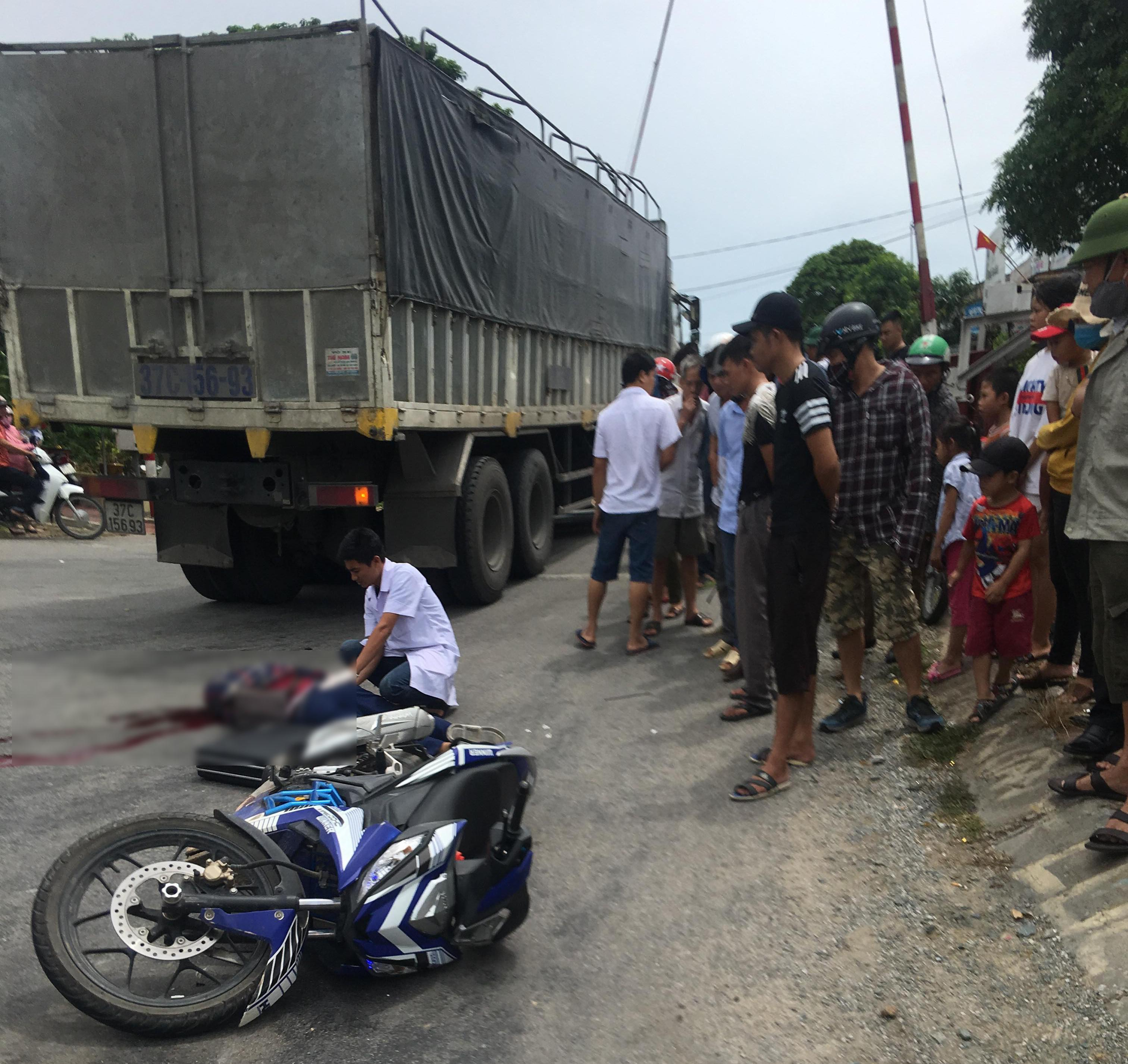 Xe máy va chạm với xe tải, một người tử vong tại chỗ Ảnh 1
