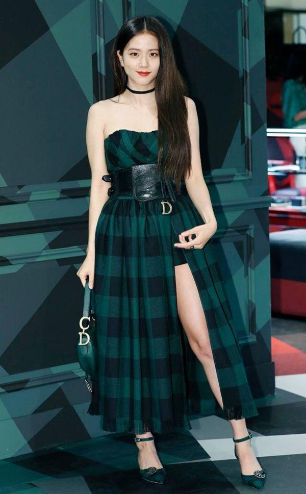 Nữ thần Jisoo Black Pink sang chảnh xinh như hoa với set đồ khoe chân dài thẳng tắp Ảnh 1