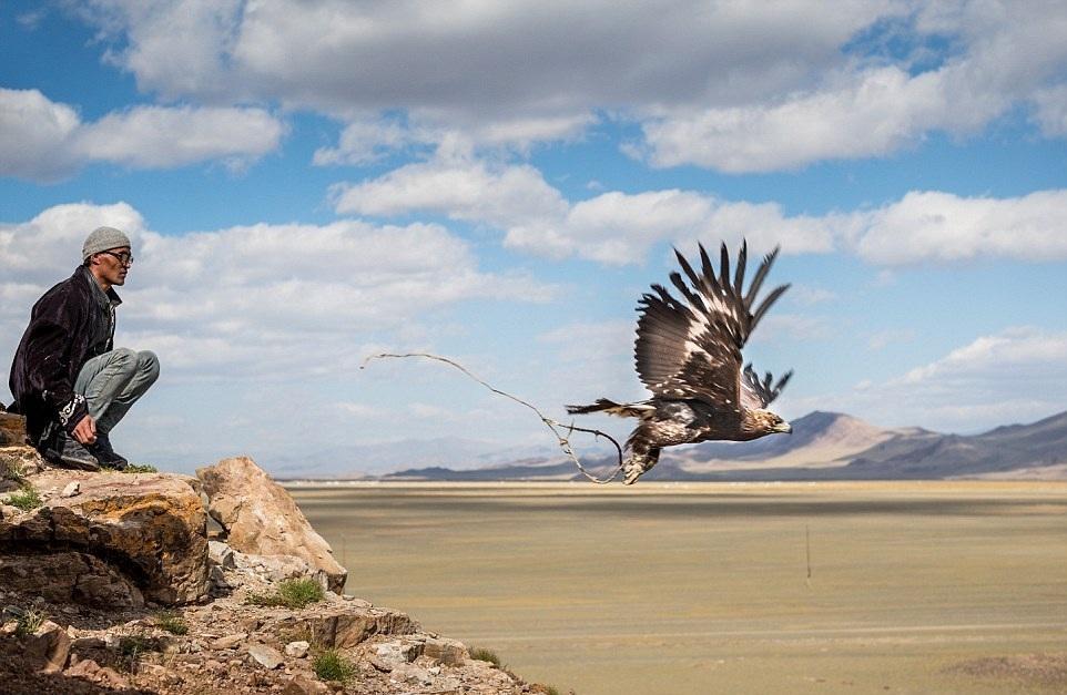Cuộc sống của những người thợ săn bằng đại bàng ở miền Tây Mông Cổ (Phần I) Ảnh 9