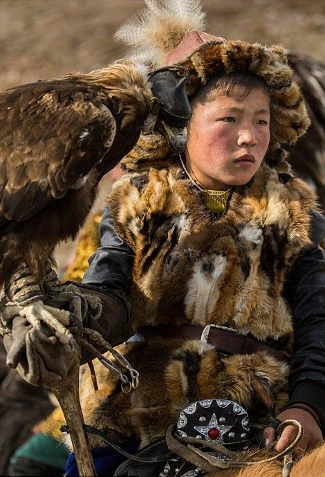 Cuộc sống của những người thợ săn bằng đại bàng ở miền Tây Mông Cổ (Phần I) Ảnh 3