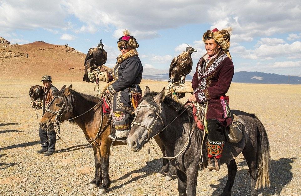 Cuộc sống của những người thợ săn bằng đại bàng ở miền Tây Mông Cổ (Phần I) Ảnh 1