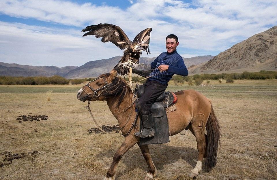 Cuộc sống của những người thợ săn bằng đại bàng ở miền Tây Mông Cổ (Phần I) Ảnh 12
