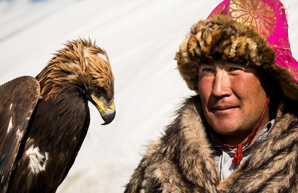 Cuộc sống của những người thợ săn bằng đại bàng ở miền Tây Mông Cổ (Phần I) Ảnh 13
