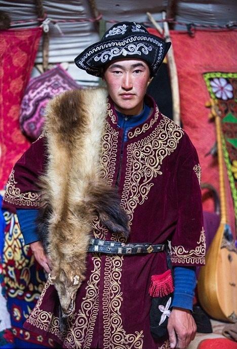Cuộc sống của những người thợ săn bằng đại bàng ở miền Tây Mông Cổ (Phần I) Ảnh 2