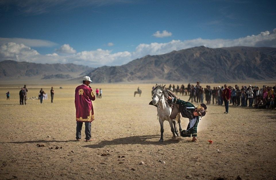 Cuộc sống của những người thợ săn bằng đại bàng ở miền Tây Mông Cổ (Phần I) Ảnh 8