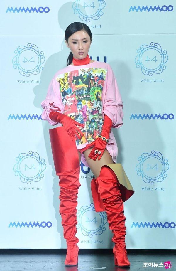 Hwasa (Mamamoo) hứng gạch đá vì diện thời trang khoe nội y ra sân bay Ảnh 10