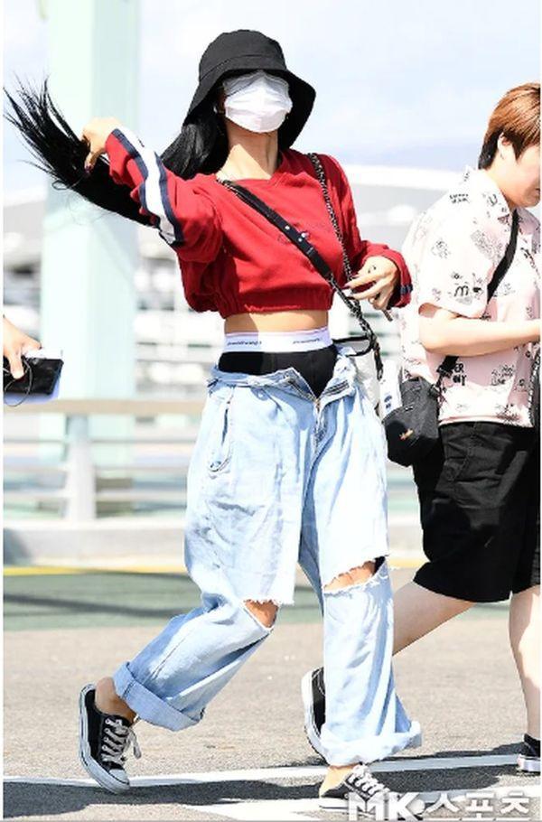 Hwasa (Mamamoo) hứng gạch đá vì diện thời trang khoe nội y ra sân bay Ảnh 4
