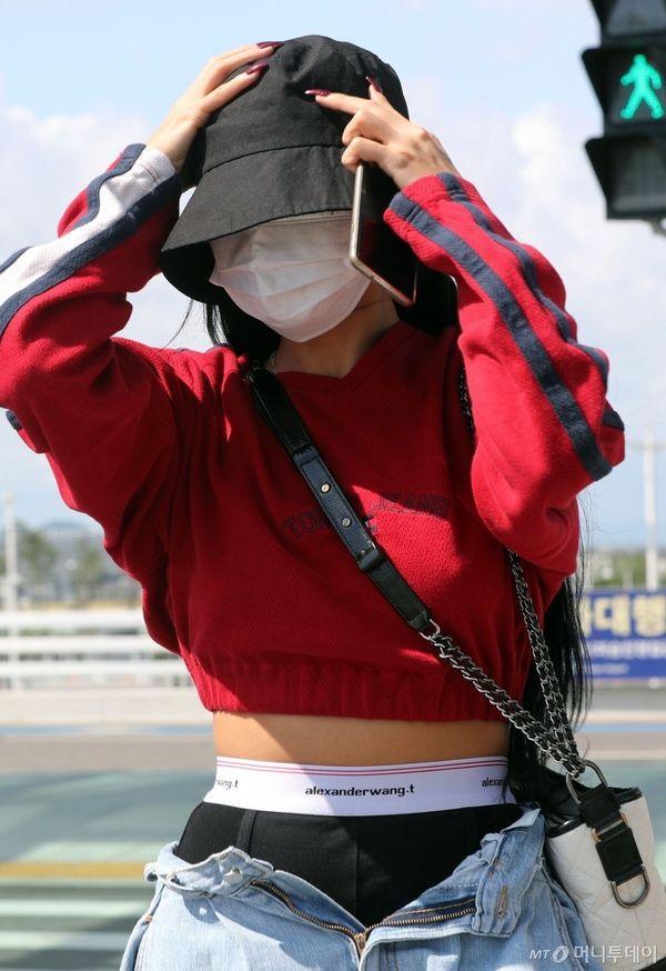 Hwasa (Mamamoo) hứng gạch đá vì diện thời trang khoe nội y ra sân bay Ảnh 2