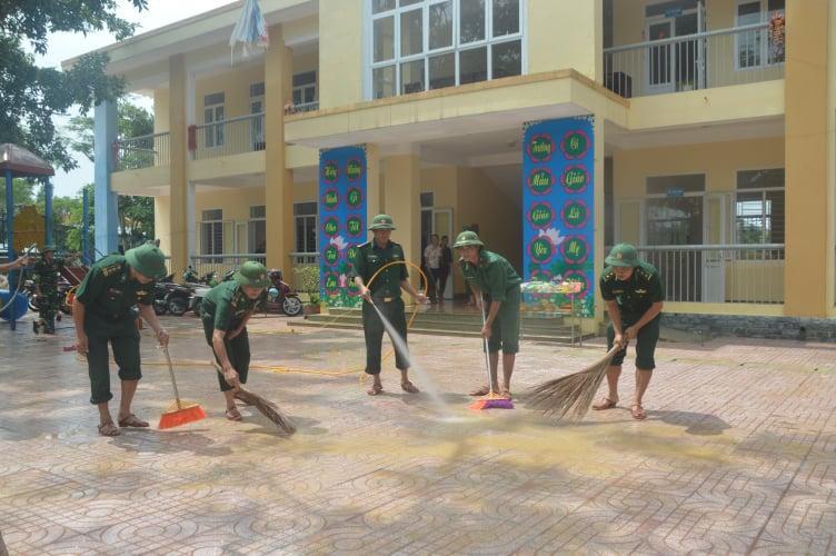 Biên phòng Hà Tĩnh giúp trường học vùng lũ nạo vét bùn đất, lau chùi bàn ghế đón năm học mới Ảnh 1