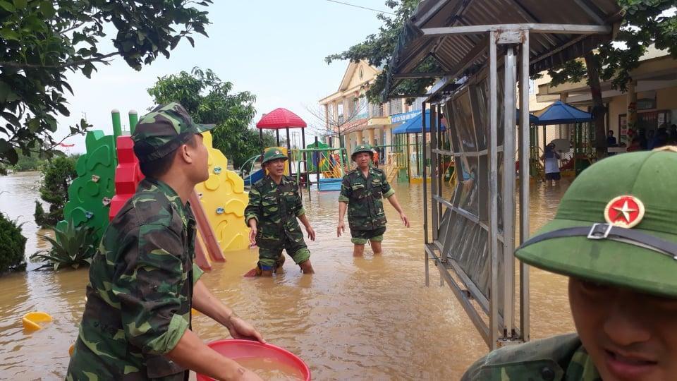 Biên phòng Hà Tĩnh giúp trường học vùng lũ nạo vét bùn đất, lau chùi bàn ghế đón năm học mới Ảnh 2