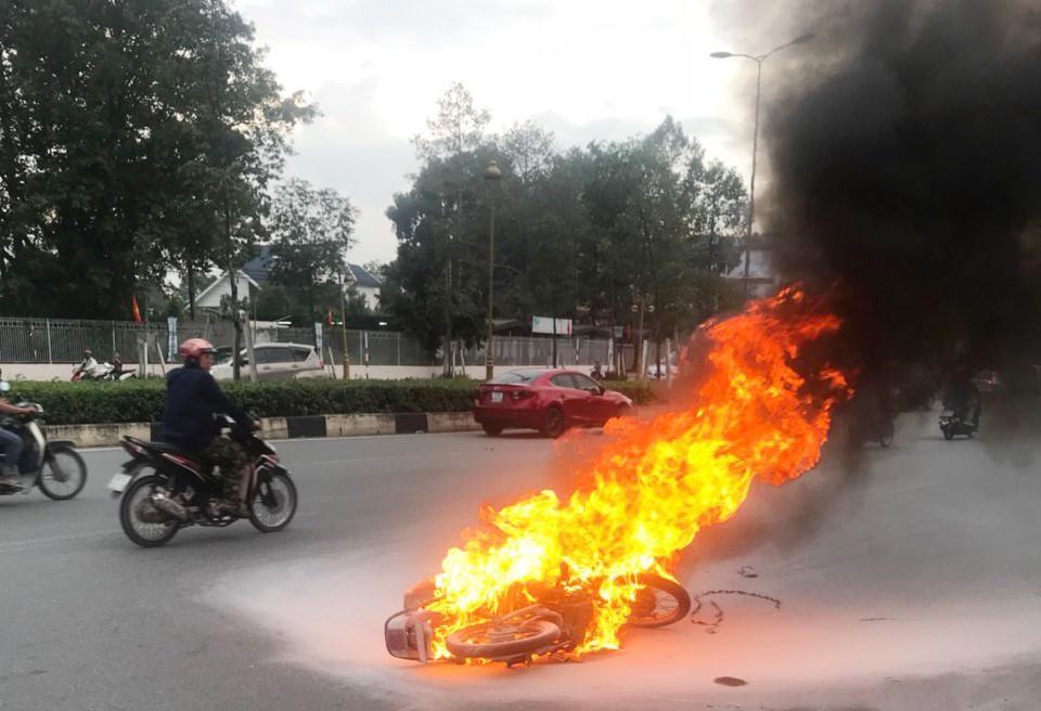 Me máy bốc cháy ngùn ngụt sau tai nạn trượt trên mặt đường hơn 30 mét Ảnh 1
