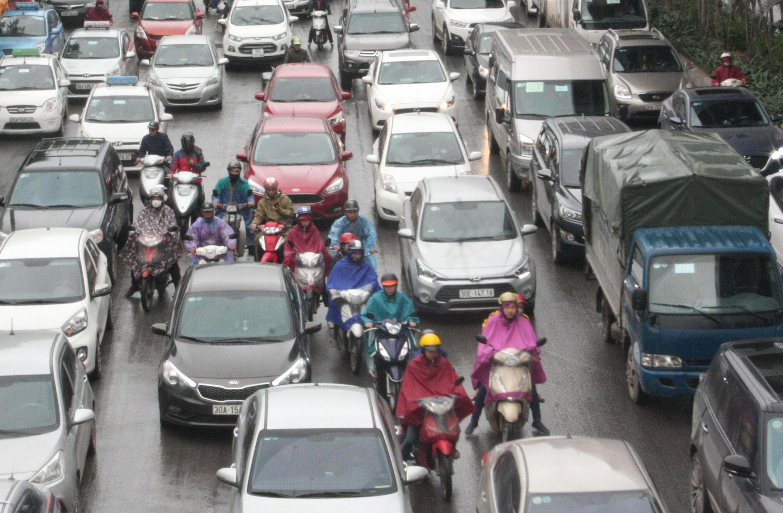 Chùm ảnh: Ô tô đua nhau dàn hàng, 'chiếm' hết đường xe máy gây ùn tắc Ảnh 3