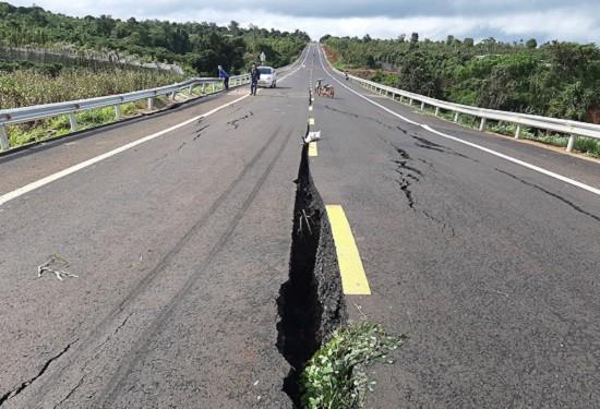 Cận cảnh con đường 250 tỷ vừa hoàn thành đã nứt như động đất sau vài trận mưa Ảnh 8