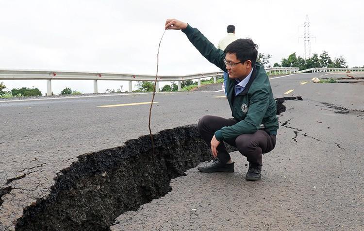 Cận cảnh con đường 250 tỷ vừa hoàn thành đã nứt như động đất sau vài trận mưa Ảnh 7