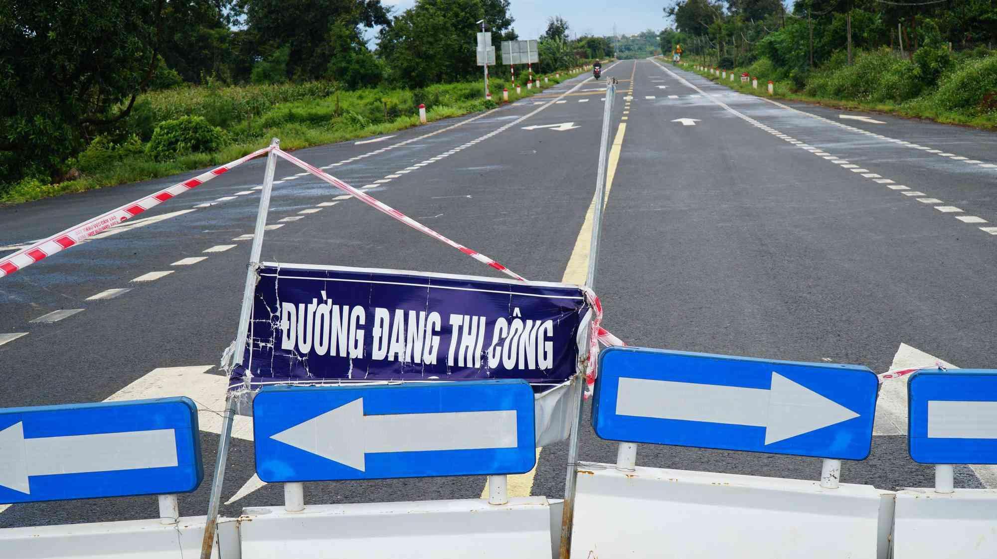 Cận cảnh con đường 250 tỷ vừa hoàn thành đã nứt như động đất sau vài trận mưa Ảnh 10