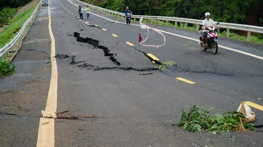 Cận cảnh con đường 250 tỷ vừa hoàn thành đã nứt như động đất sau vài trận mưa Ảnh 1
