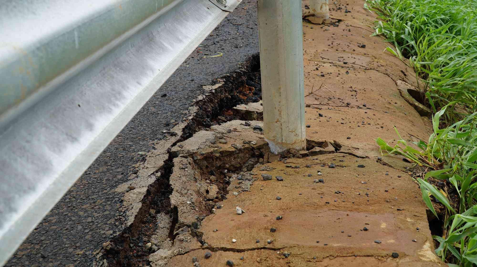 Cận cảnh con đường 250 tỷ vừa hoàn thành đã nứt như động đất sau vài trận mưa Ảnh 9
