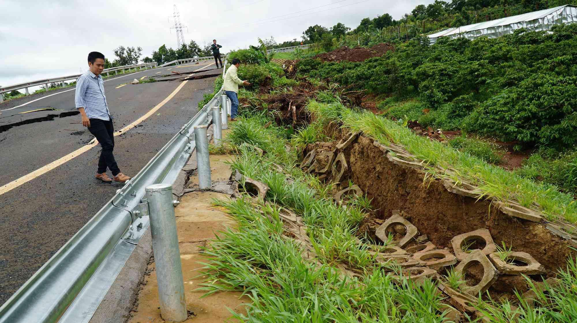 Cận cảnh con đường 250 tỷ vừa hoàn thành đã nứt như động đất sau vài trận mưa Ảnh 6