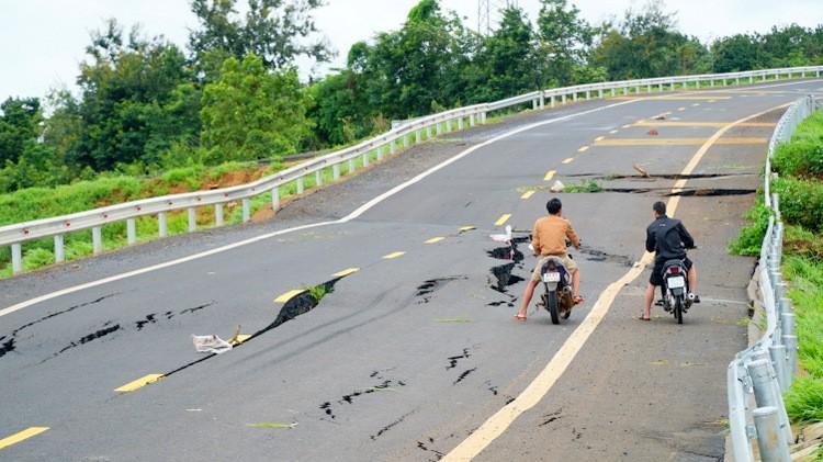 Cận cảnh con đường 250 tỷ vừa hoàn thành đã nứt như động đất sau vài trận mưa Ảnh 4