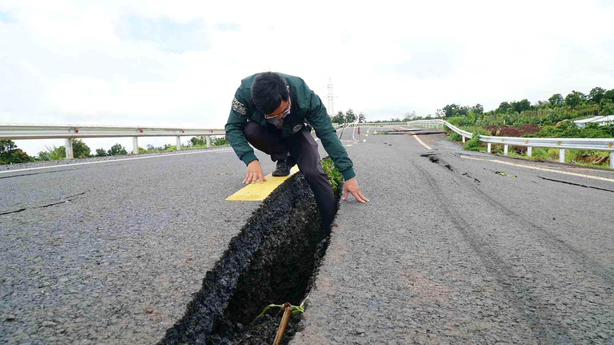 Cận cảnh con đường 250 tỷ vừa hoàn thành đã nứt như động đất sau vài trận mưa Ảnh 5