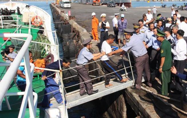 41 ngư dân trôi dạt trên biển gần 40 tiếng đồng hồ Ảnh 1