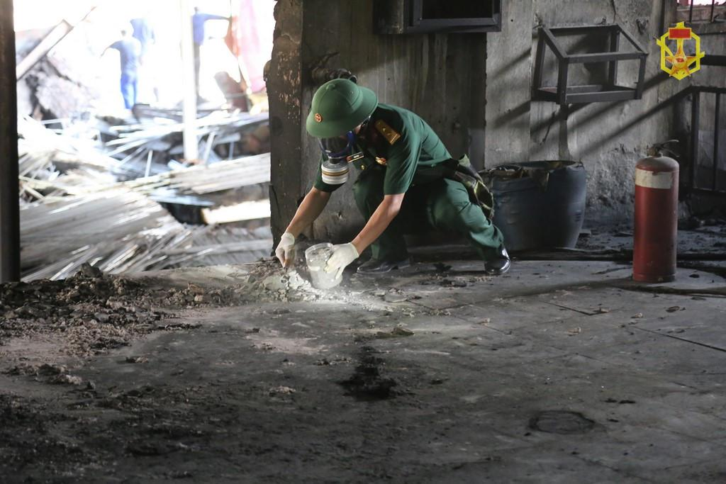 Vụ cháy công ty Rạng Đông: Bộ đội hóa học chuẩn bị phương án tẩy độc Ảnh 1