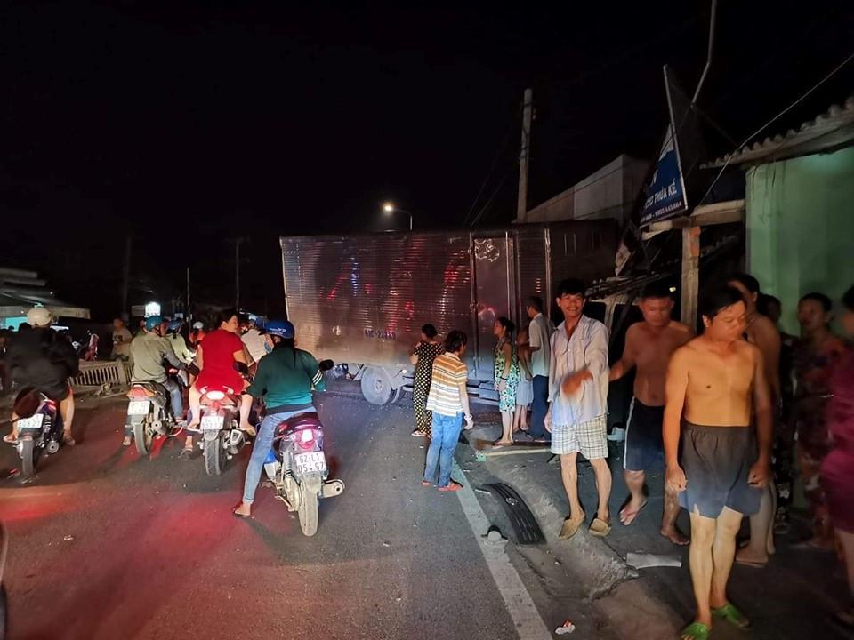 Tai nạn ở Long An: Xe tải nổ vỏ, tông 2 xe máy, lao vào nhà dân Ảnh 1
