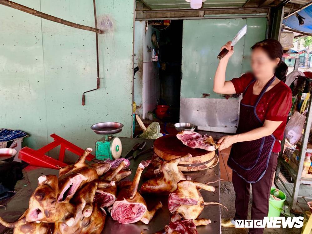 Chính quyền kêu gọi từ bỏ thói quen ăn thịt chó, chợ chó nổi tiếng TP.HCM vẫn 'hút' khách Ảnh 9