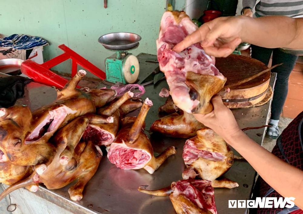 Chính quyền kêu gọi từ bỏ thói quen ăn thịt chó, chợ chó nổi tiếng TP.HCM vẫn 'hút' khách Ảnh 10