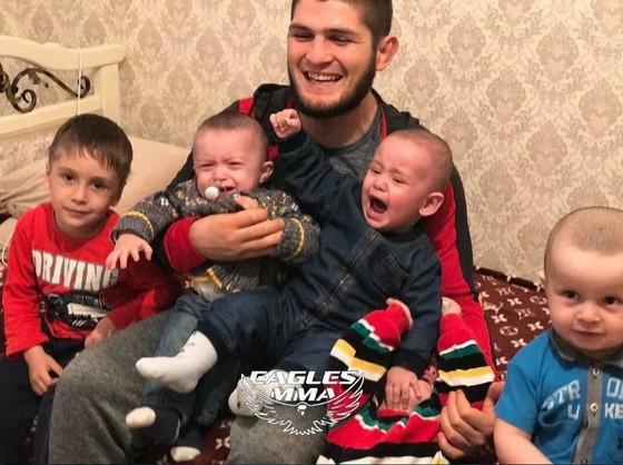 Người đàn ông của gia đình Khabib Nurmagomedov: Nghe lời mẹ 'không đánh người', tự chăm sóc các con Ảnh 1