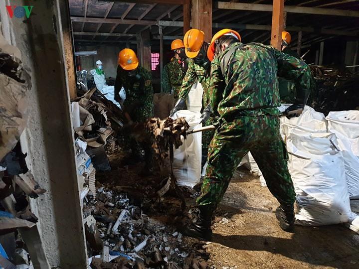 Đã thu gom được hơn 24.000 kg phế thải nhiễm độc tại Công ty Rạng Đông Ảnh 1